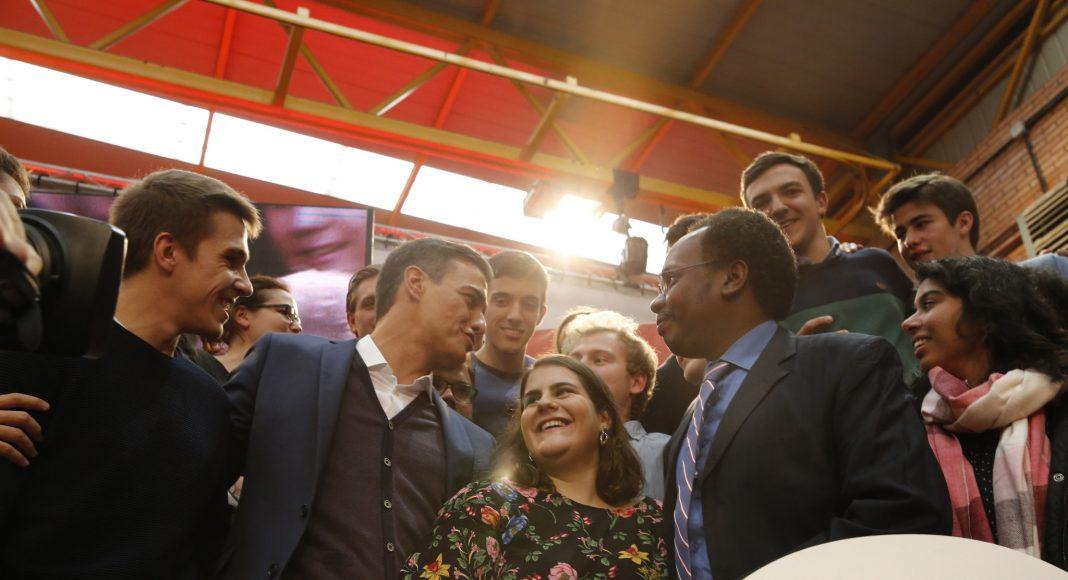 Pedro Sánchez con jóvenes participantes en las jornadas durante el mítin en Fuenlabrada del pasado sábado 10 de noviembre